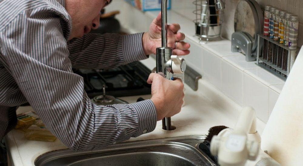 Cómo limpiar las tuberías de desagüe de la cocina sin dañarlas